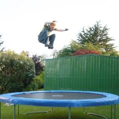Een trampoline in de tuin